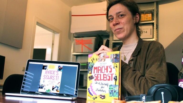 """Chris Köver mit ihren Büchern """"Mach's selbst"""" und """"Hack's selbst"""""""