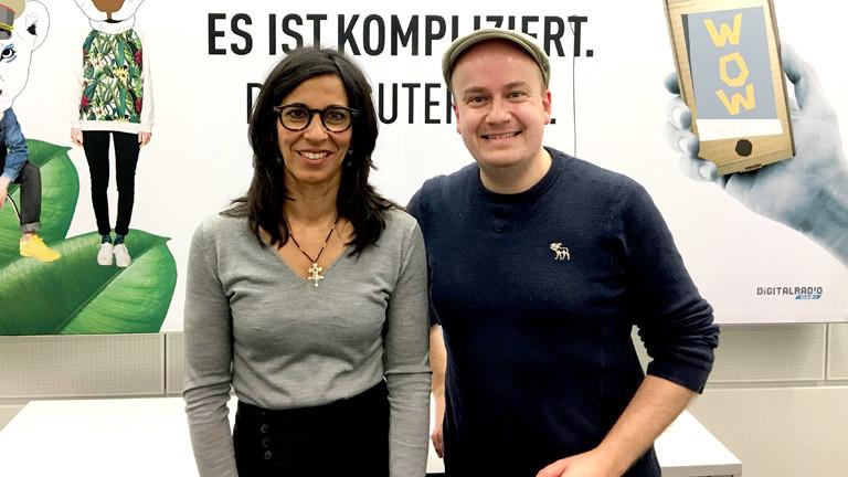 """Sheila Mysorekar, Vorsitzende des Netzwerks """"Neue Deutsche Medienmacher"""" mit DRadio-Wissen-Moderator Daniel Fiene"""