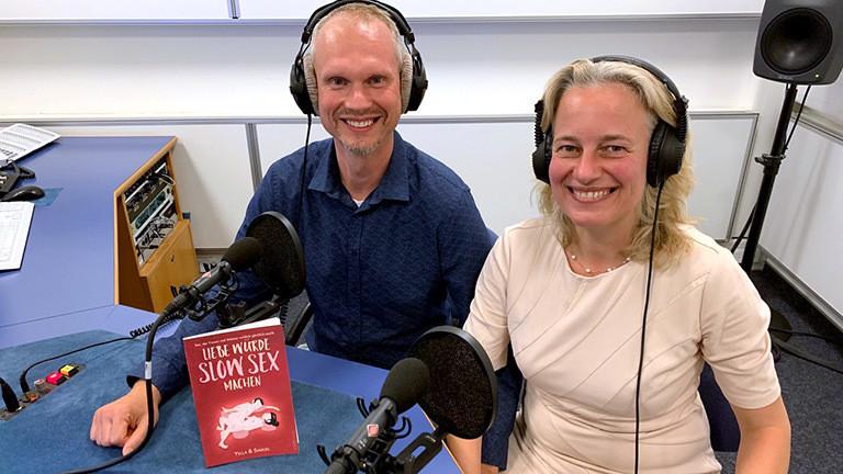 """Yella und Samuel mit ihrem Buch """"Liebe würde Slow Sex machen"""""""