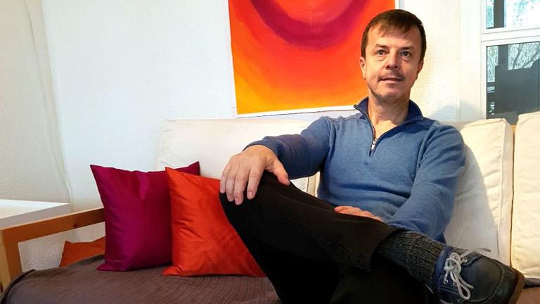 Tim Wiesendanger sitzt auf einem Sofa