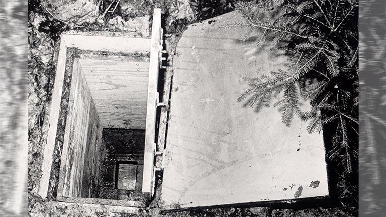 Ein Polizeifoto der vergrabenen Holzkiste in der 1981 die tote zehnjährige Ursula gefunden wurde.