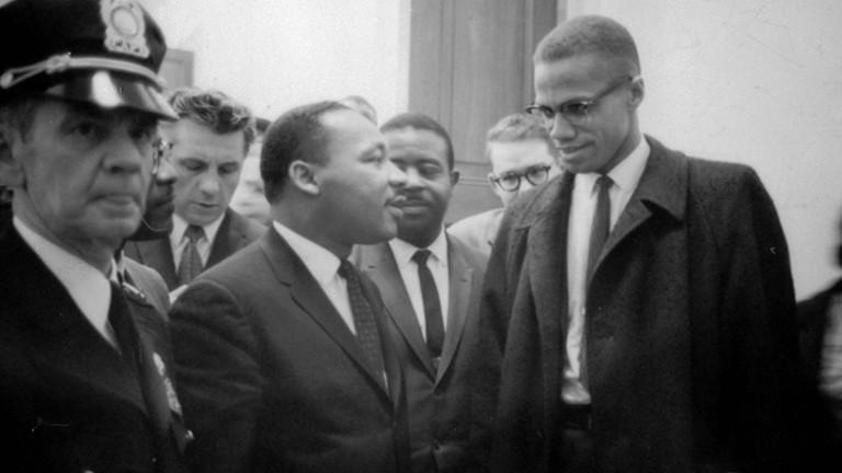 Martin Luther King Jr. (1929-1968) und Malcolm X (Malcolm Little - 1925-1965) warten am 26. März 1964 auf den Beginn einer Pressekonferenz.