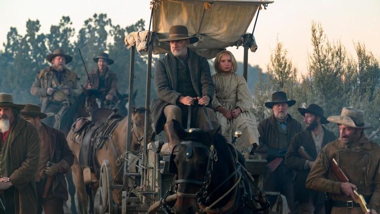 Helena Zengel neben Tom Hanks auf einer Kutsche.