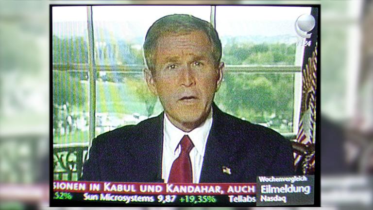 Nach dem Beginn der Angriffe der USA und Grossbritanniens am Sonntag den 7. Oktober 2001 spricht der US-amerikanische Präsident George W. Bush im Fernsehen.