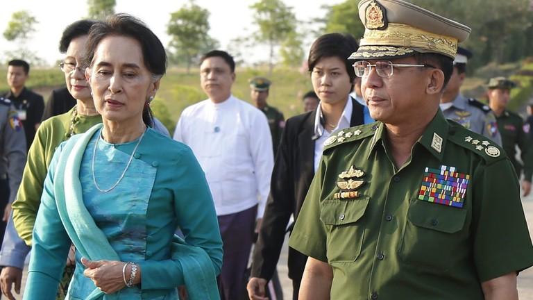Armeechef Min Aung Hlaing und Auung San Suu Kyi, damals Außenministerin und Regierungsberaterin, im Jahr 2016.