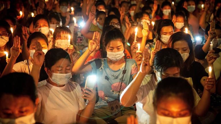"""Demonstrant*innen in Yangon, Myanmar, machen eine Geste aus der Filmreihe """"Hunger Games""""."""
