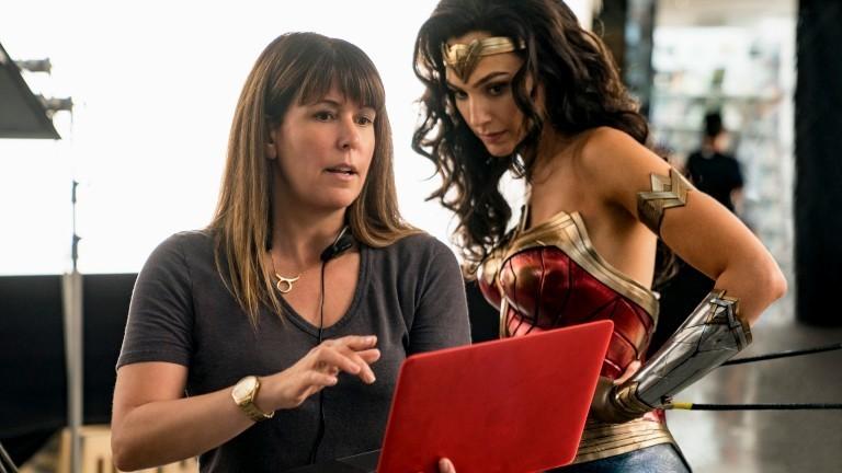 """Regisseurin Patty Jenkins und Schauspielerin Gal Gadot bei den Dreharbeiten zu """"Wonder Woman 1984"""""""