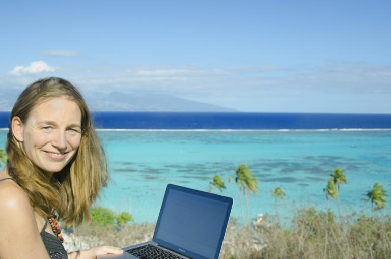 Esther Gonstalla mit Laptop am Strand