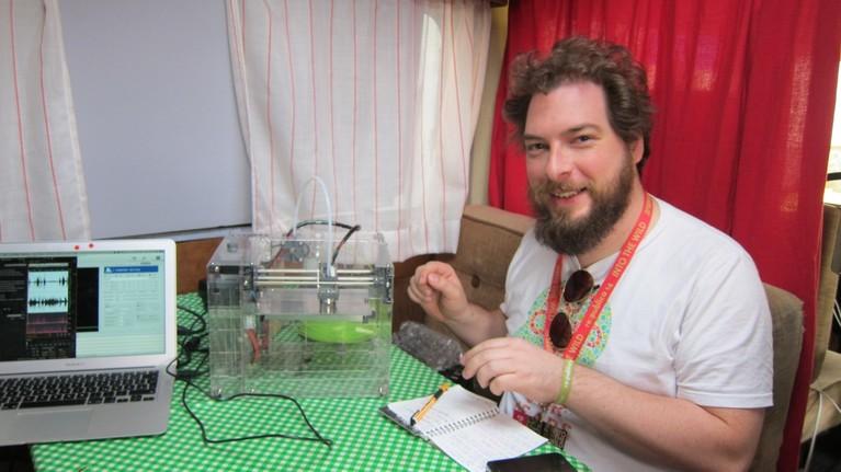 Philip Steffan checkt den 3D-Drucker aus der letzten Netzbastel-Sendung