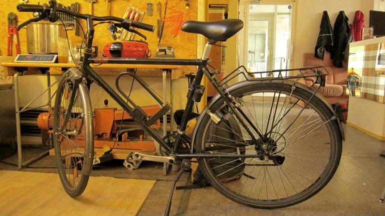 Ein Fahrrad in einer Werkstatt.