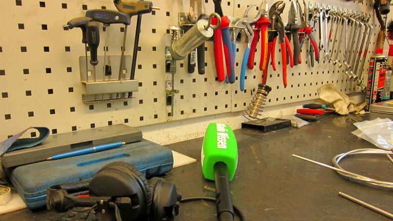 Mikro und Aufnahmegerät liegen vor Fahrradreparaturwerkzeug.