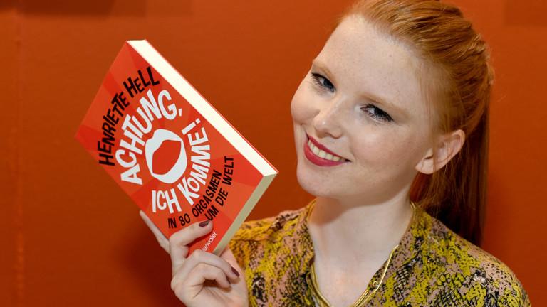 Henriette Hell mit ihrem Buch in der Hand