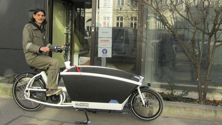 """Maximilian Bauer von der """"Raumfahrtagentur"""" mit einem Lastenrad."""