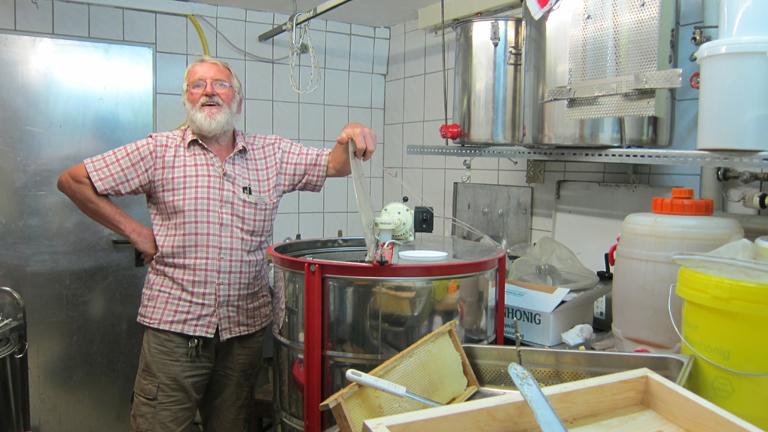Siggi Wehrle in seinem Honigkeller