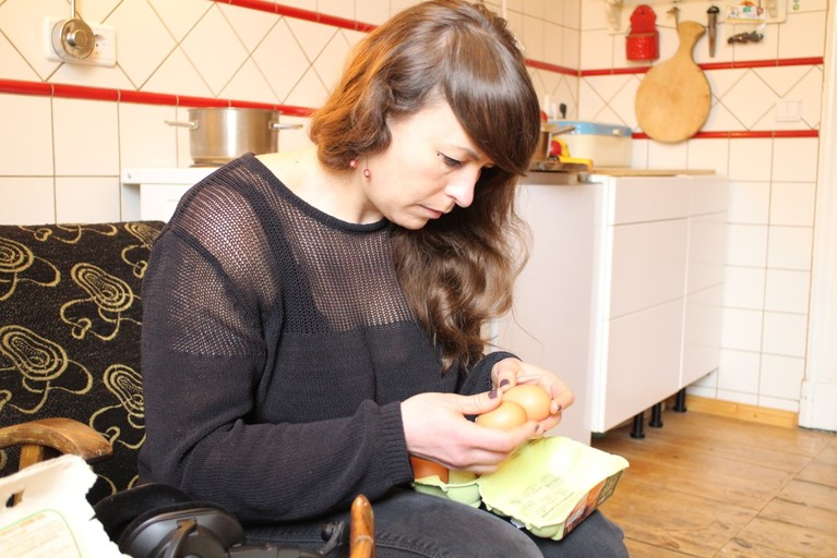 Werklehrerin Resi studiert Aufschriften auf Supermarkteiern.