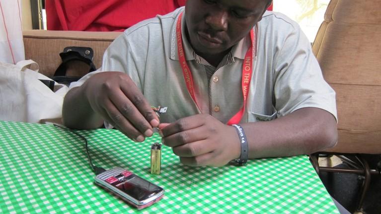 Ein paar Bauteile und ne 9V-Batterie: Das Victronix-Handyladegerät.