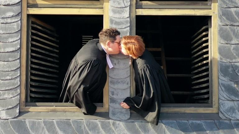 Ellen und Steffi Radtke von Anders Amen küssen sich.