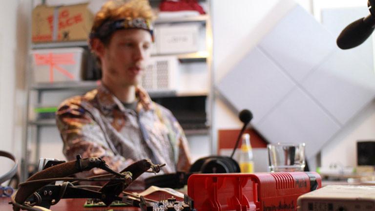 """Andreas aka """"Metamind Evolution"""" läuft gerne mit seinem solarbetriebenen BCI durch die Gegend."""
