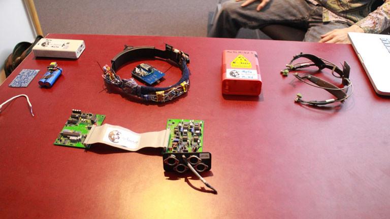 Ins Studio hat er hat verschiedene BCI-Geräte mitgebracht.