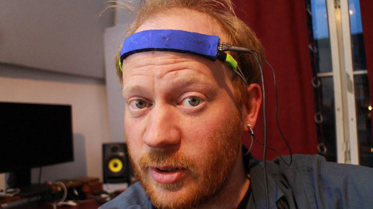 ...bekommt Moderator Moritz auf die Stirn gespannt.