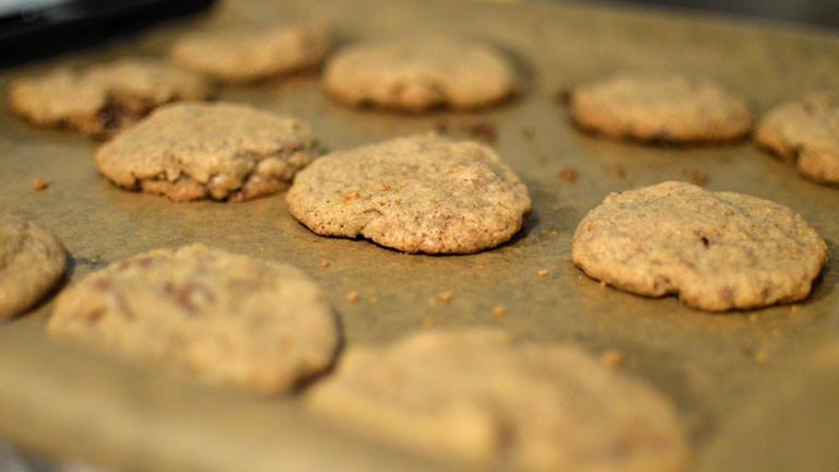 Die fertiggebackenen Kekse im Ofen.