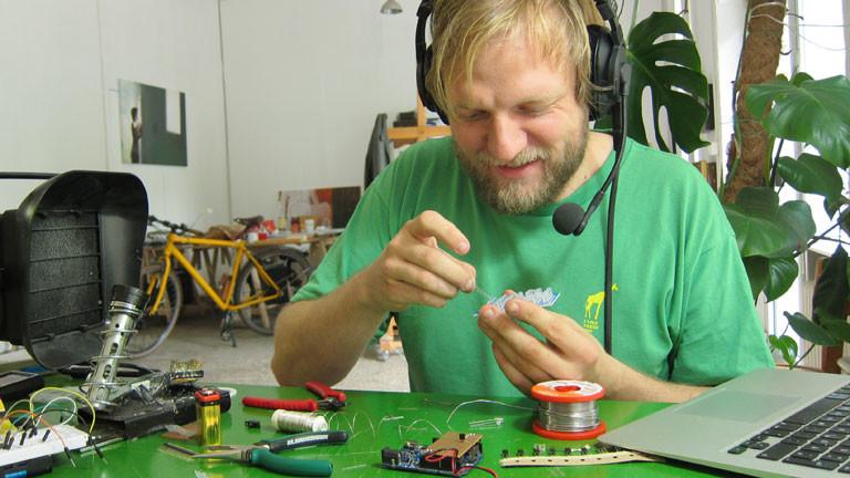 Georg bestückt den Infrarotscheinwerfer