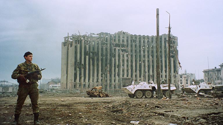 Russischer Soldat am 25.02.1995 vor dem zerstörten Präsidentenpalast in Grosny