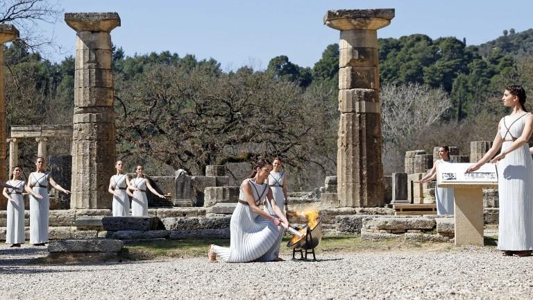 Am Tempel der Hera in Olympia wird das Olympische Feuer entfacht.