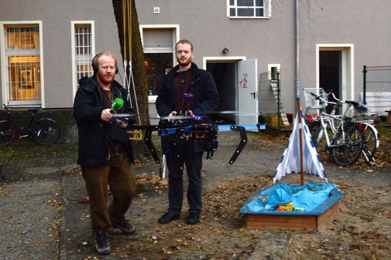 Hinterhof-Platzrunde mit dem Quadrocopter.