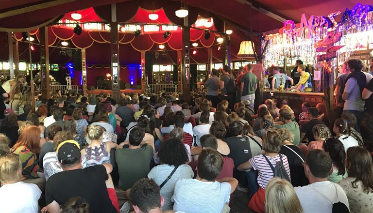 Zuschauer vor der Bühne auf dem Appletree