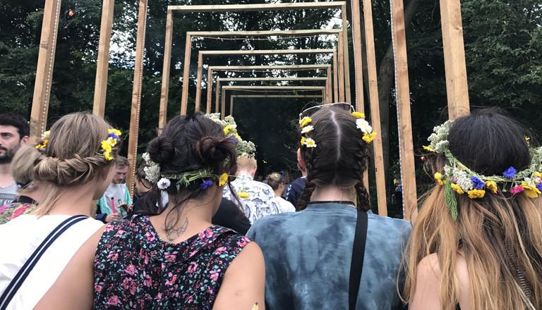 Blumenmädchen auf dem Appletree Garden Festival