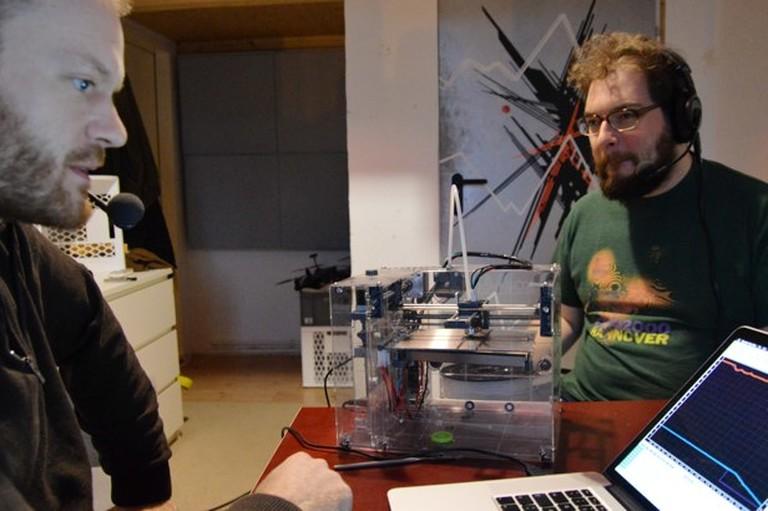 Kaspar Metz und Philip Steffan sind zu Gast im Radiobüro. Im Hintergrund Tape-Art aus der Klebeband-Sendung.