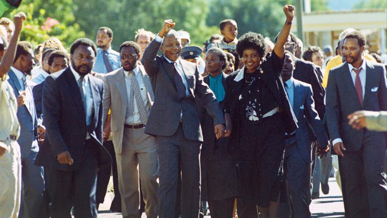 Der wohl berühmteste politische Häftling der Welt, Nelson Mandela und seine Ehefrau Winnie, grüßen mit erhobener Faust am 11.02.1990 nach seiner Freilassung in Paarl die jubelnde Menschenmenge am Wegesrand. .