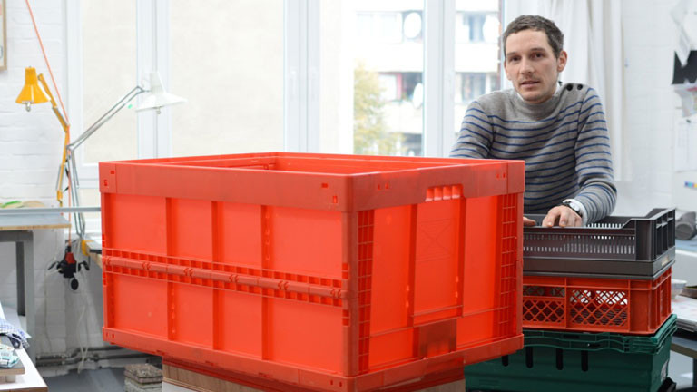 Der Künstler Romain Löser macht Möbel aus Euronormkisten.