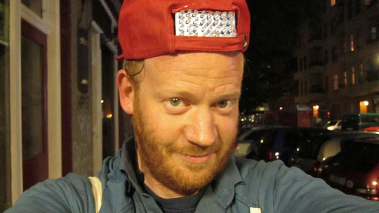 Netzbastel-Autor Moritz Metz mit der Fernsehausschaltkappe.