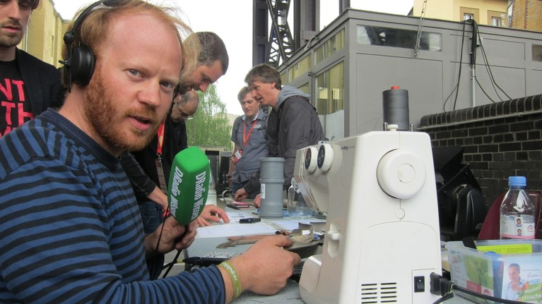 Der Reporter an der Nähmaschine