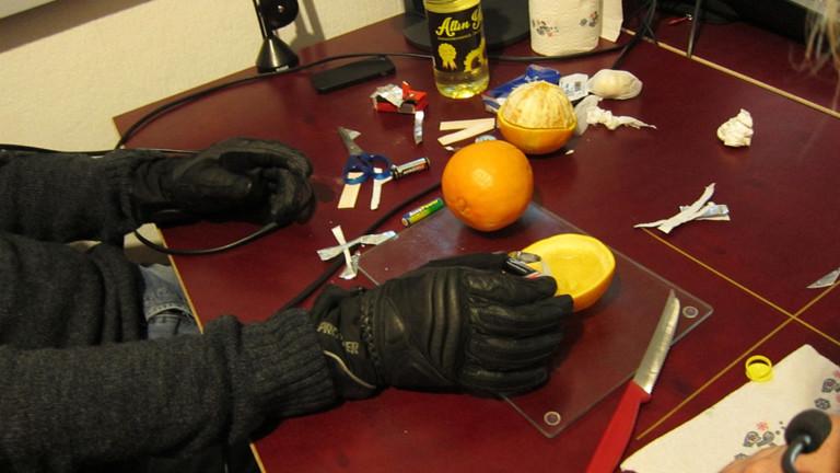 Die Orangenkerze und das Batteriefeuerzeug.