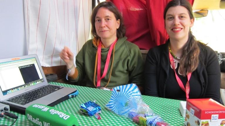 Programmieren und Schokolade: Kathrin Passig und Anne Schüssler lehren Programmieren für Nullcheckerbunnys