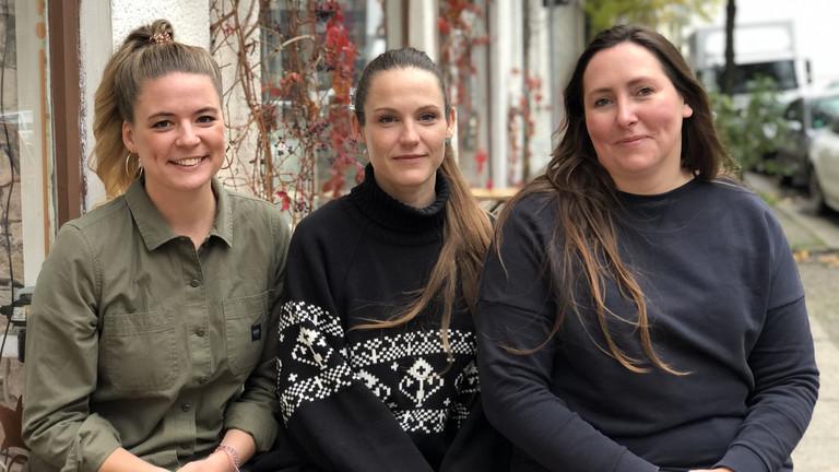 Deutschlandfunknova-Reporterinnen Rahel Klein (l.) und Tina Howard (r.) mit Peggy Spitzner.