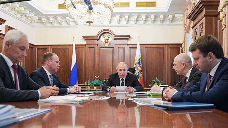 Wladimir Putin mit Kabinettsmitglieder am 10. Juli 2019 im Moskauer Kreml