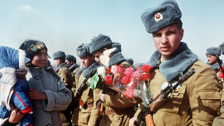 Russischer Soldat mit roter Nelke.