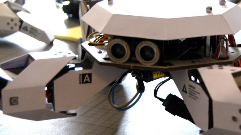 Ultraschall Entfernungsmesser Bausatz : Papproboter zum selberkleben · dlf nova