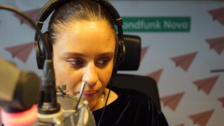 Eine Frau am Mikrofon