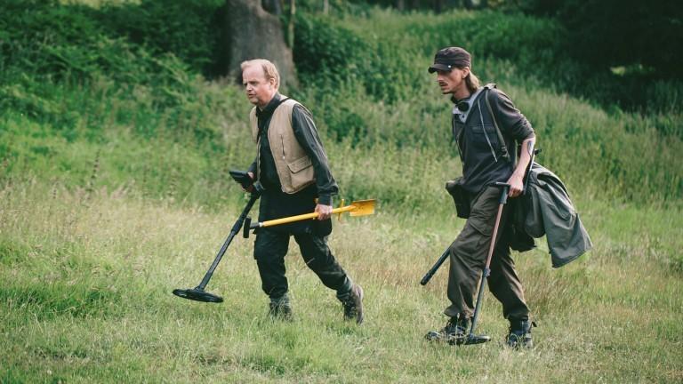 Still aus der BBC-Serie Detectorists mit Tobey Jones und Mackenzie Crook, Staffel 1, 2014).