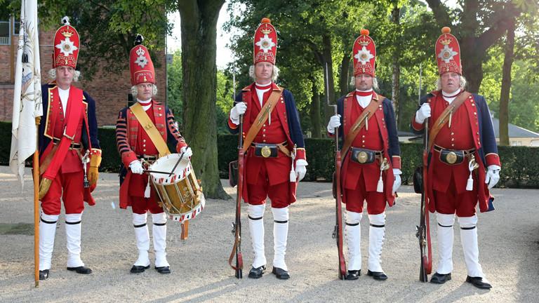 Sehr große Männer in historischer Soldaten-Uniform