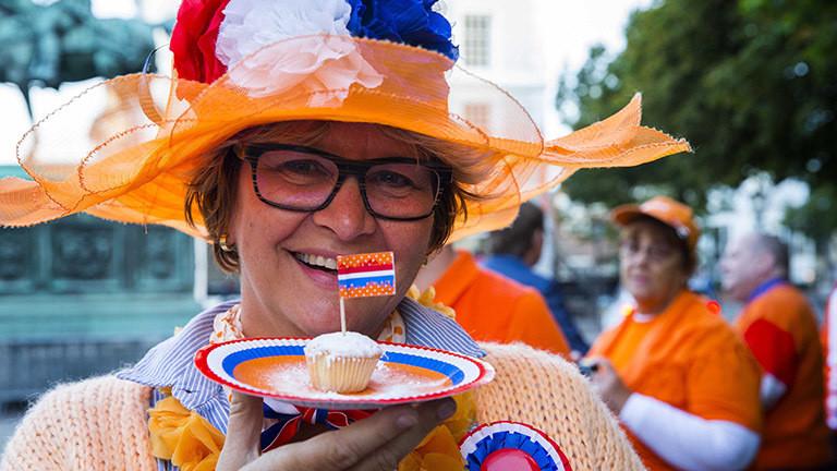 Frau in Orange am niederländischen Prinzentag.