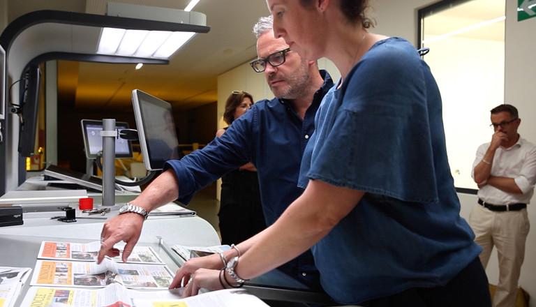 Tyler Brûlé und eine Kollegin checken die Monocle-Zeitung