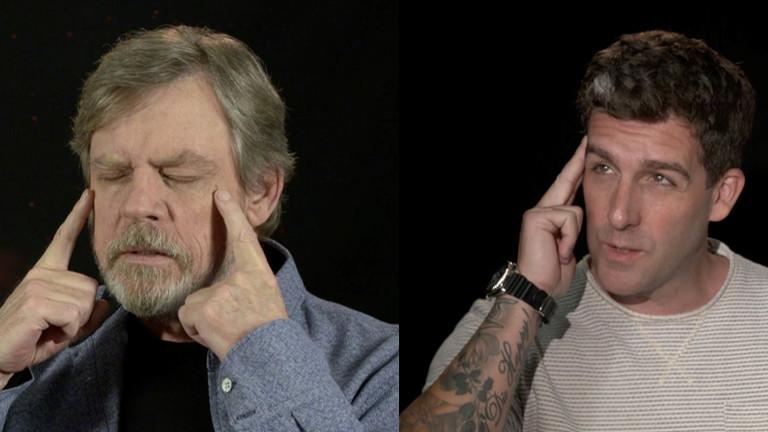 Zwei Männer halten den Zeigefinger an ihre Stirn.