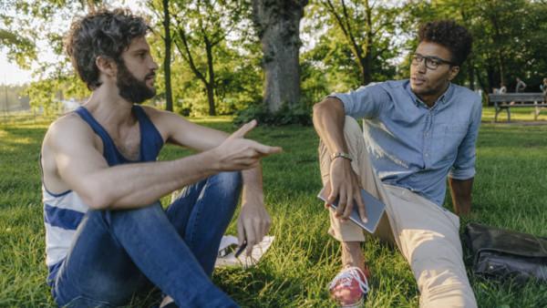 Männer diskutieren