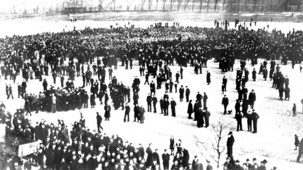 Blick auf demonstrierende Matrosen in Kiel im Oktober 1918, die den Befehl der Admiralität, trotz des Ersuchens um Friedensverhandlungen der neuen Regierung Max von Baden doch noch zu einer letzten Schlacht gegen Großbritannien auszulaufen, verweigern.